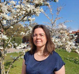 Träden blommar i vitt med mig stående framför